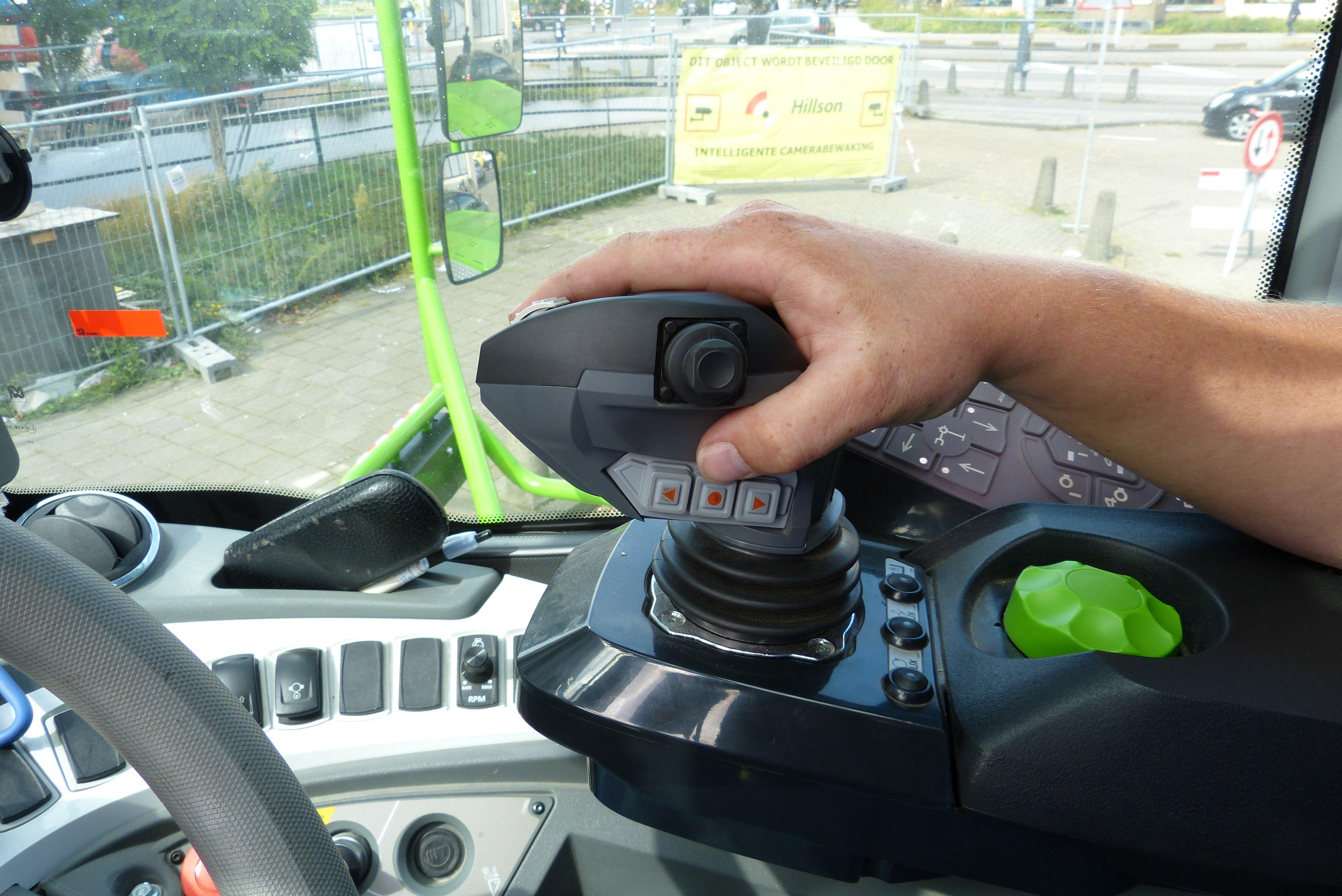 De joysticks liggen heerlijk in de hand. Ze zijn gemaakt van zacht materiaal en de knoppen zitten op de juiste plek.
